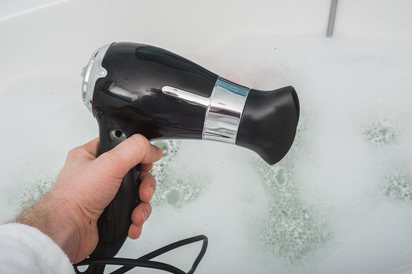 Fön und Badewanne