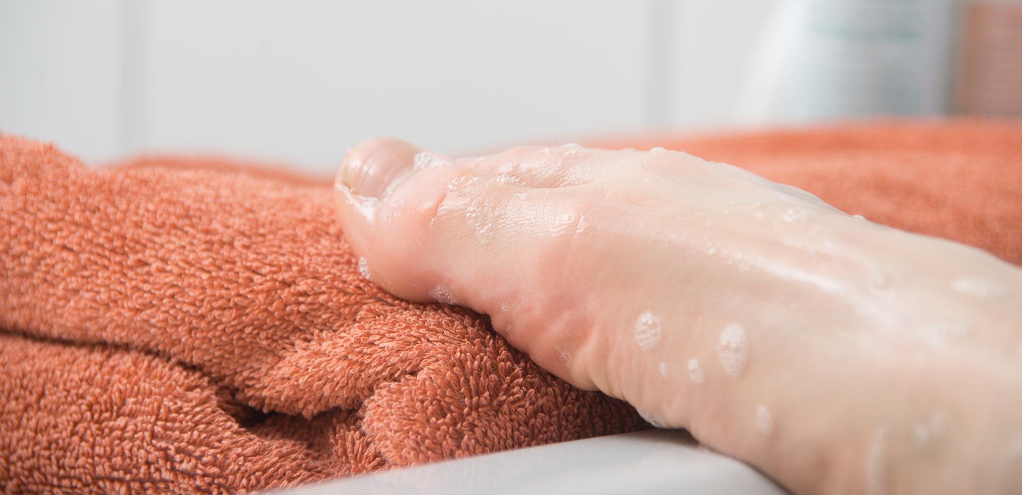 nasser Fuß auf Handtuch