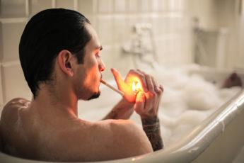 Rauchen in der Badewanne
