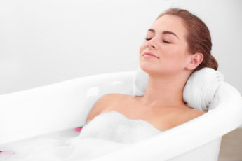 Frau genießt Badewanne