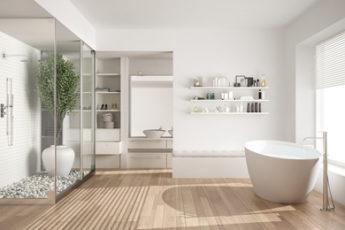 Schickes Badezimmer mit Dusche und Badewanne