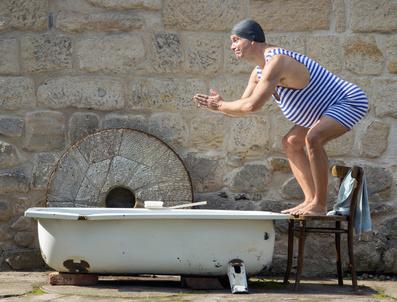 Badewanne im Freien mit Mann