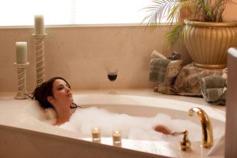 Frau beim relaxen in der Badewanne