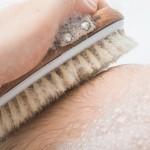 Massagebürste in der Badwanne