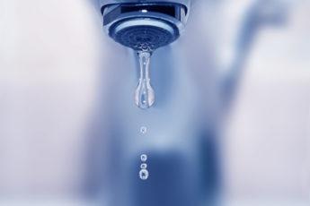 Wasser kommt nur langsam aus dem Wasserhahn