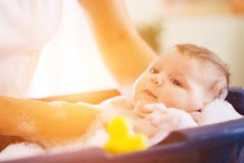 Baby in Babybadewanne