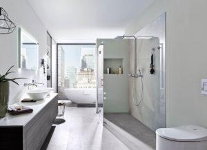 Badezimmer mit freihstehender Badewanne