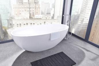 freihstehende Badewanne vor Fenster