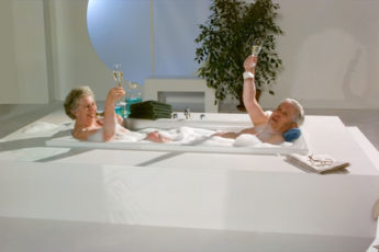 Oma und Opa in der Badewanne zu zweit