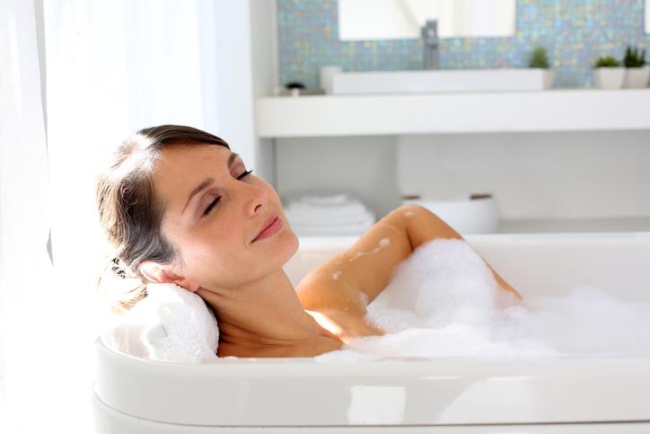 Frau liegt in der Badewanne
