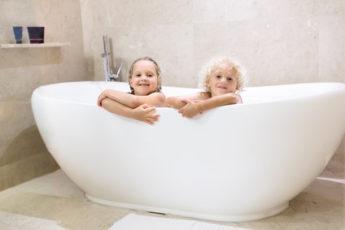 Kinder in der Badewanne
