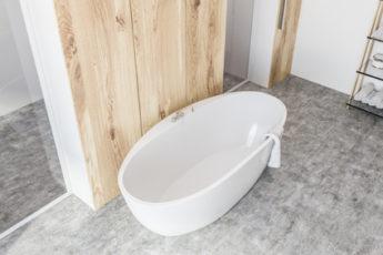 weiße Badewanne im Badezimmer