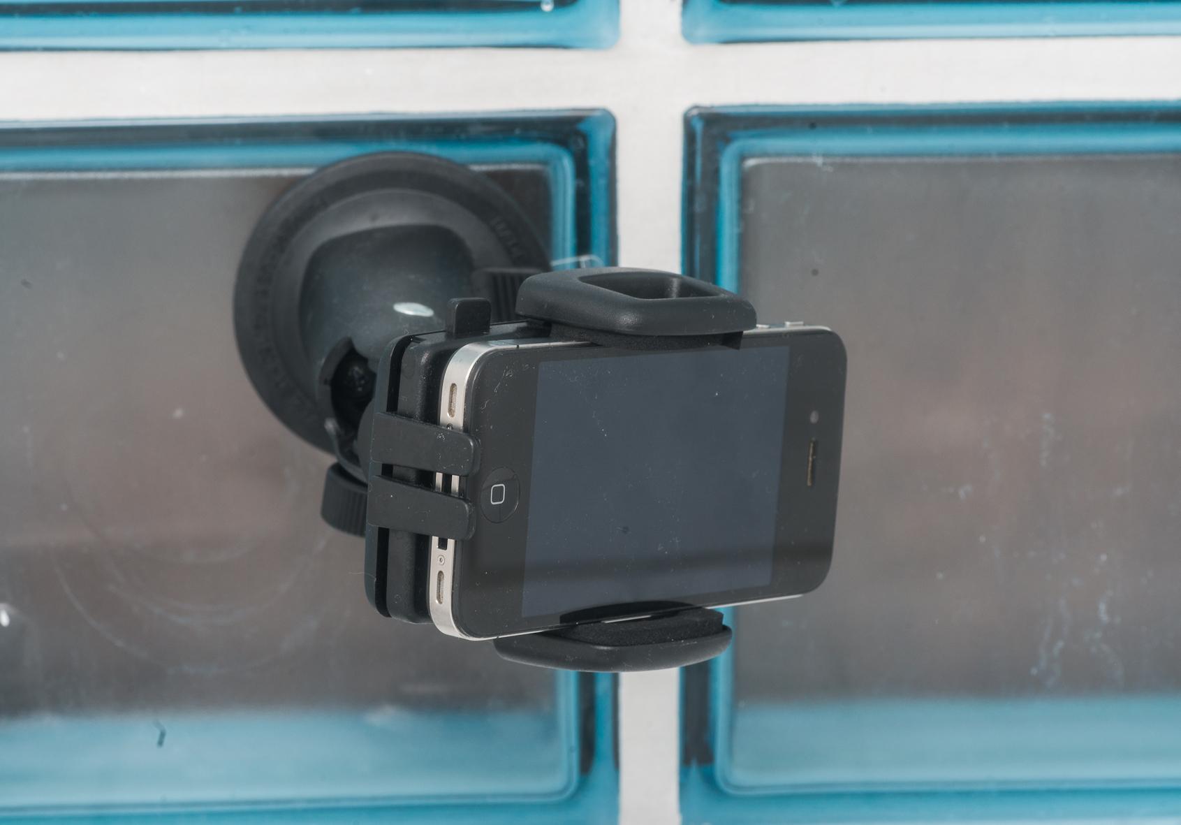 Smartphone KFZ Halterung im Badezimmer