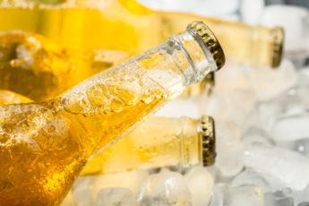 Bierflaschen in der Badewanne mit Eis