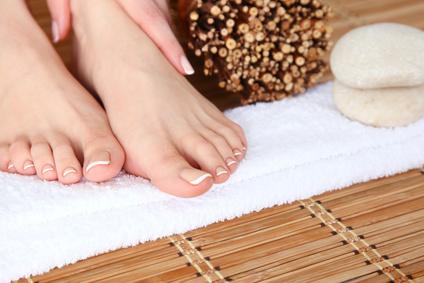 Damenfüßt im Welnessbereich mit Haut und Handtuch